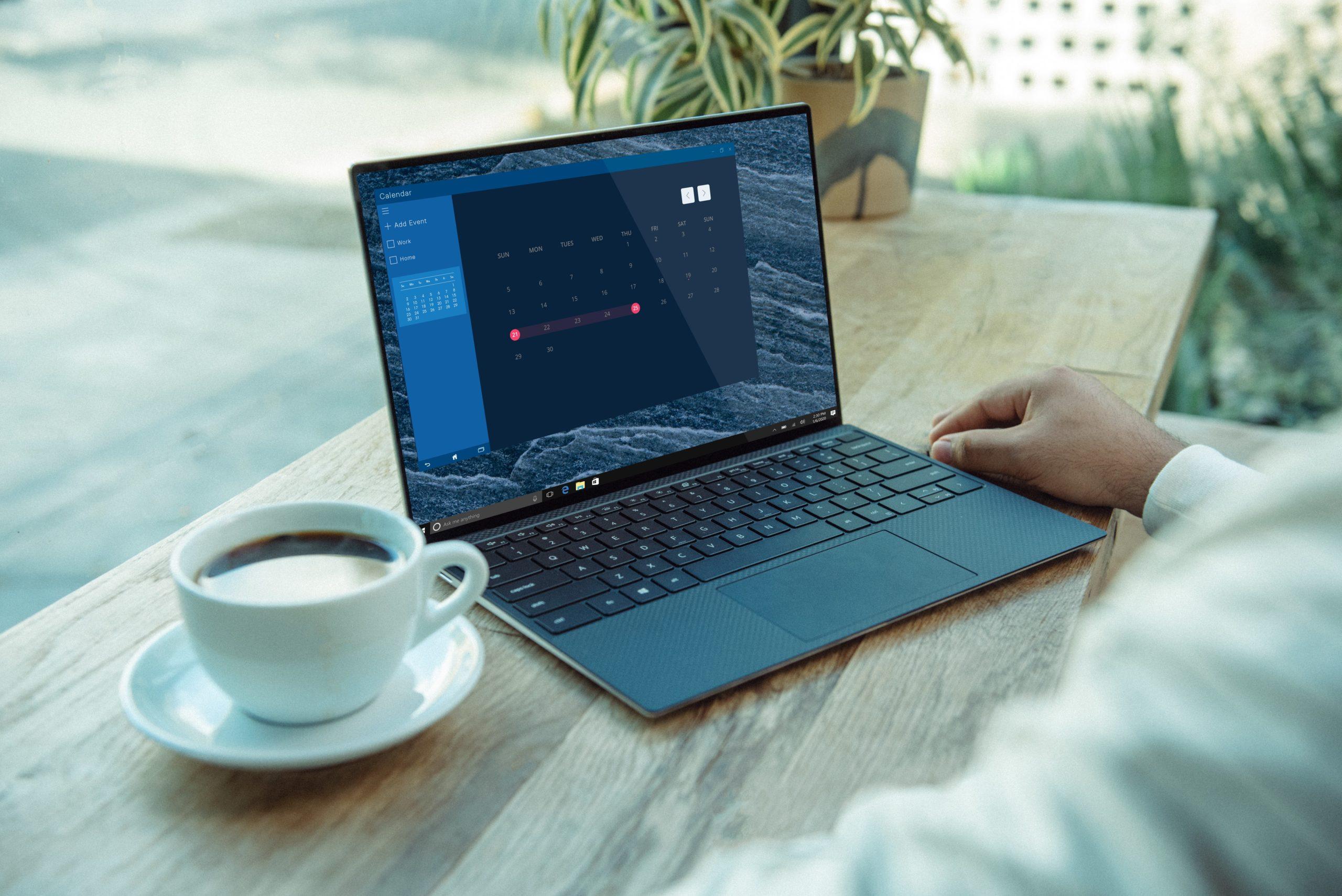 パソコンの横にコーヒー