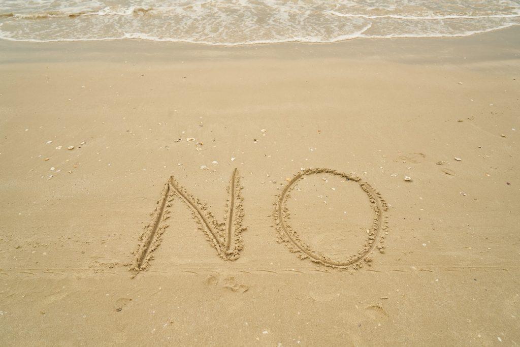 砂にNOの文字